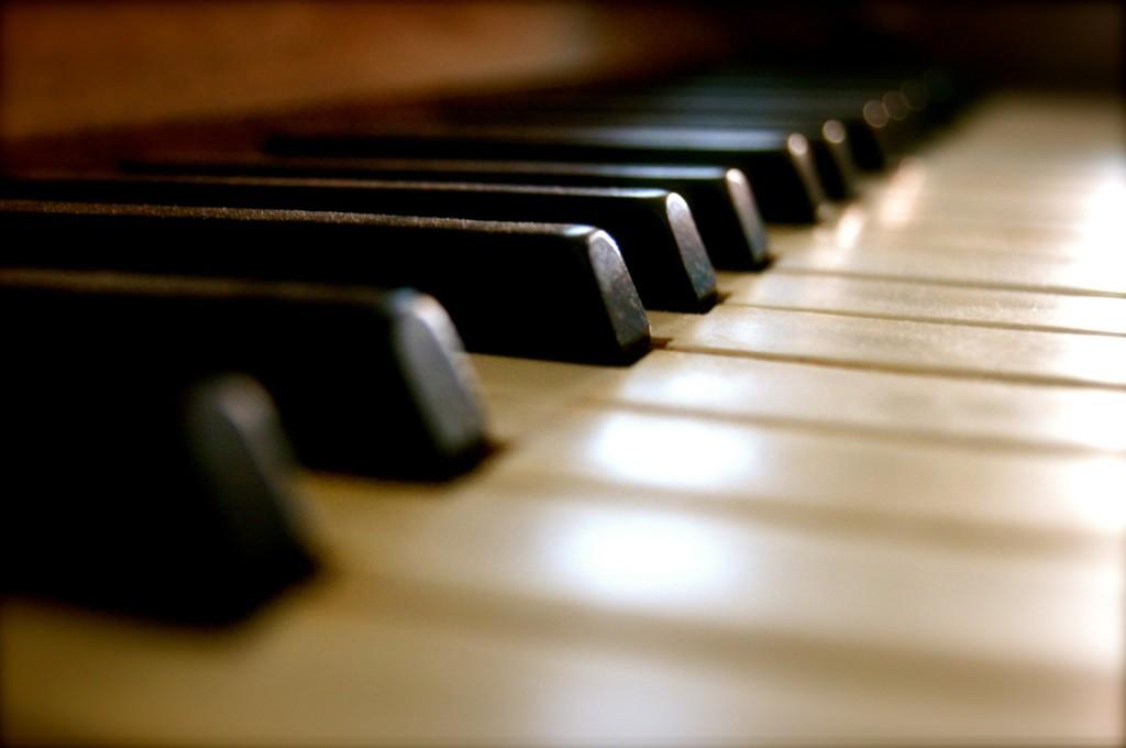 古いピアノの鍵盤